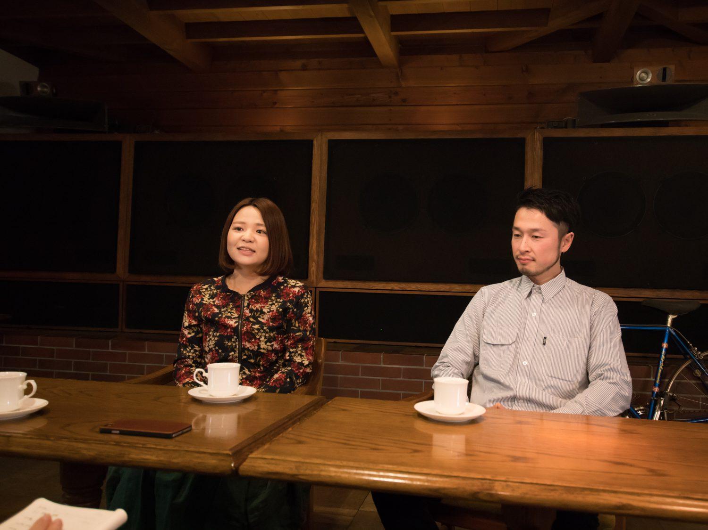 店内でインタービューに応じる店長の由紀さんが左側に、右側にオーナーの村上さんが並んでいる様子