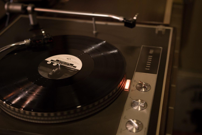 レコーダーにセットされたレコードの写真