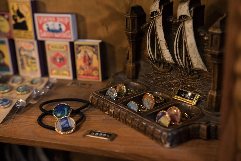 指輪など由紀さんの作品が並んだ写真