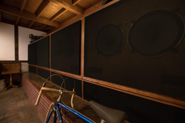名取にある老舗ジャズ喫茶パブロの壁全面にあるスピーカーの写真