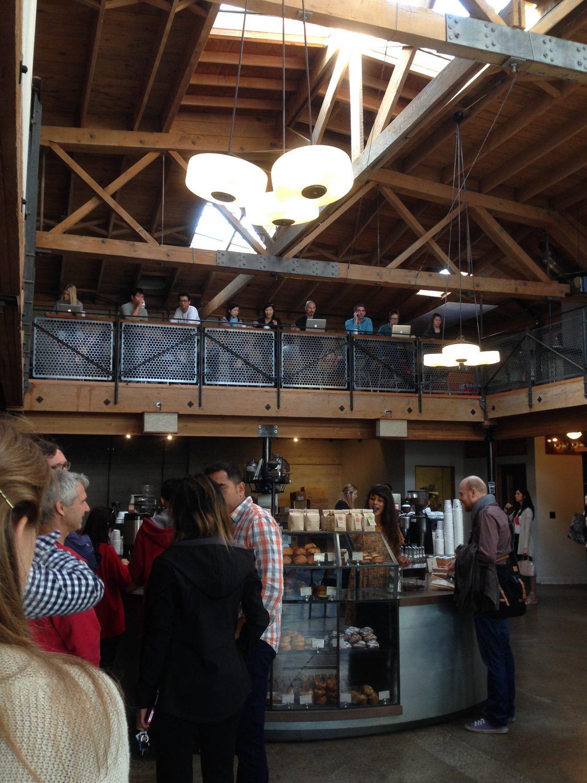 サンフランシスコの「SIGHT GLASS」。吹き抜けの建物の1階はカフェ、2階は事務所となっている