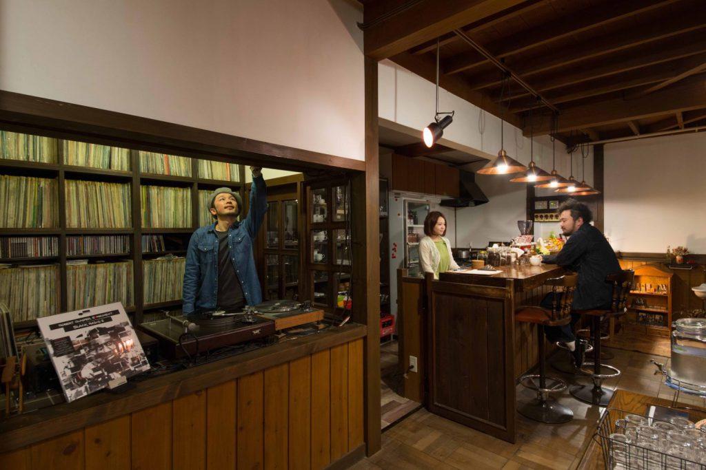 名取のジャズ喫茶「パブロ」の店内の様子。手前にはレコードが並び、奥にはカウンター席がある