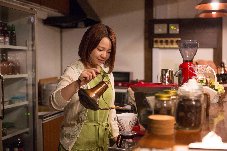 コーヒーを淹れる店長の半澤由紀さんの写真