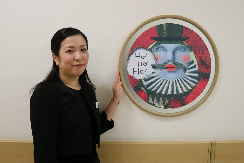 松下さんが描いたイラストと共に写真に写る藤崎のWEB担当・佐々木さんの写真