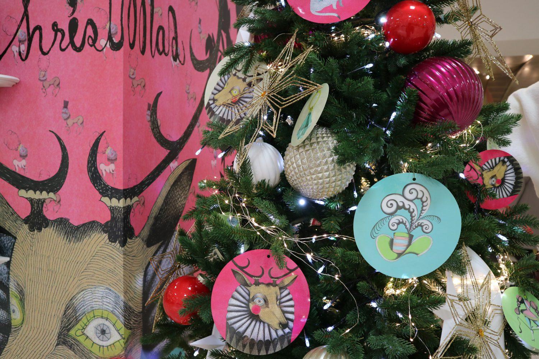 クリスマスツリーのオーナメントも松下さち子さんのイラストで飾られている