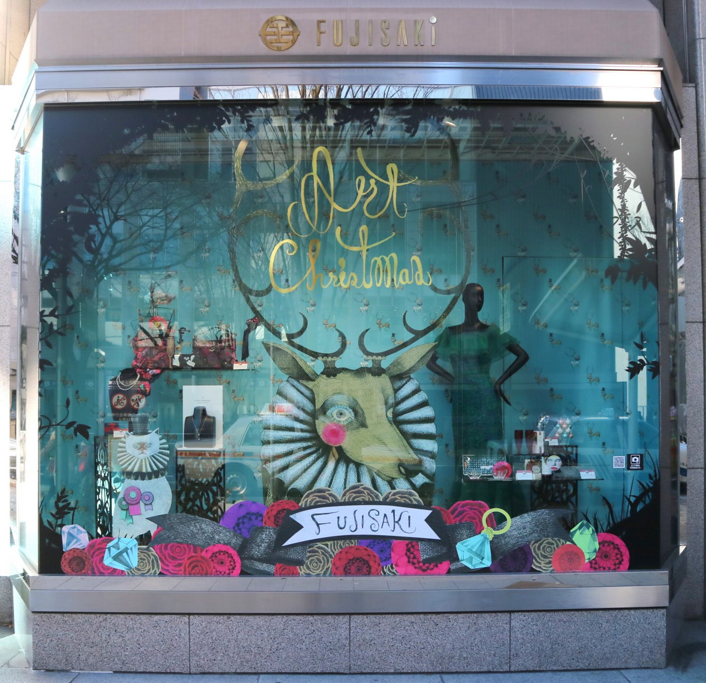 エメラルドグリーンをメインに松下さんが描いたトナカイがインパクトのある藤崎のクリスマスショーウインドー