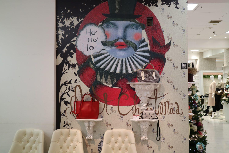 藤崎の店内のデコレーション。松下さんのイラストに赤や白のバックが映えている
