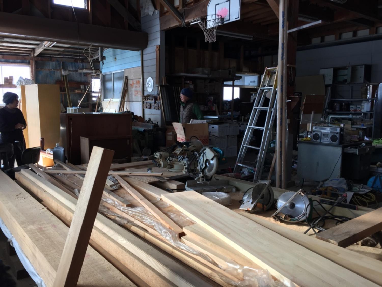 木材が積まれた作業場