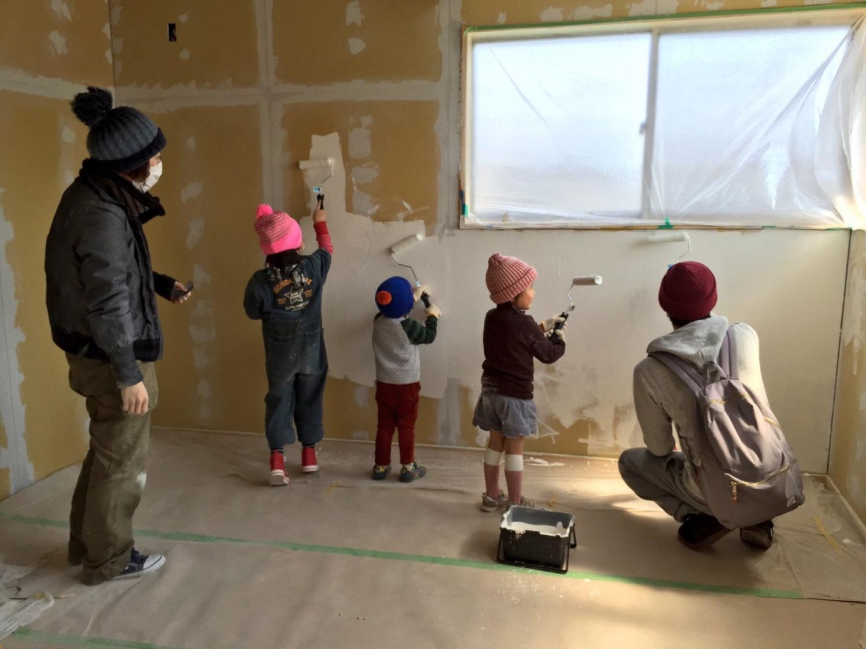 子供たちと壁を塗る