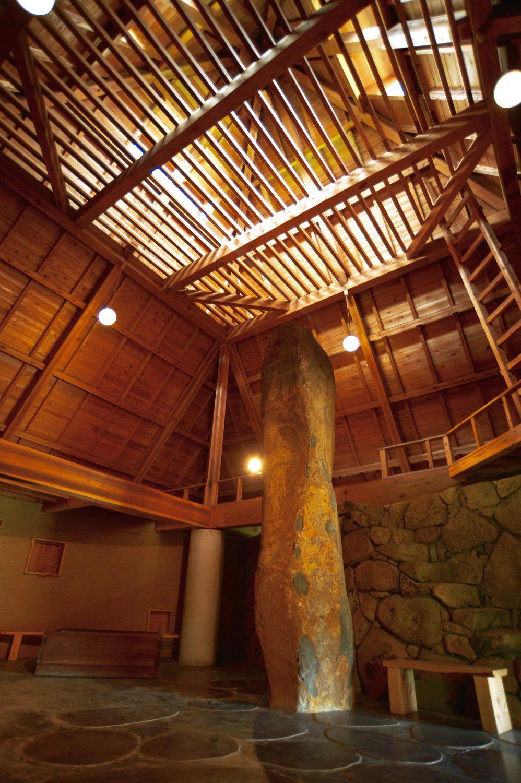 大倉山スタジオの敷地内の建物の中。木と石でできた建物にも伊達冠石の石柱がある