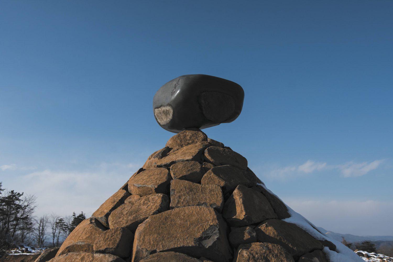 大蔵山スタジオ内にあるい伊達冠石をつかったアート作品