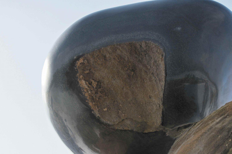 丸森で採れた伊達冠石をつかった作品。艶があり丸みのある石に伊達冠石の赤茶がのぞく