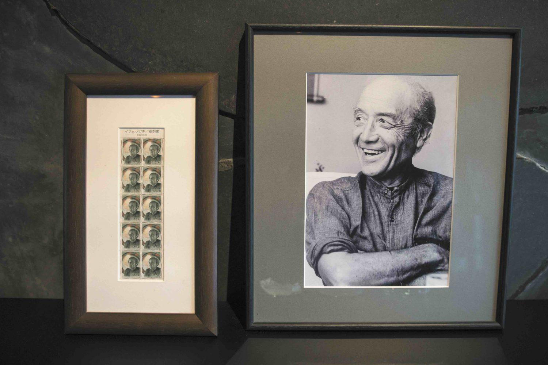大蔵山スタジオ内に飾られてある伊達冠石を好んだイサム・ノグチのモノクロ写真