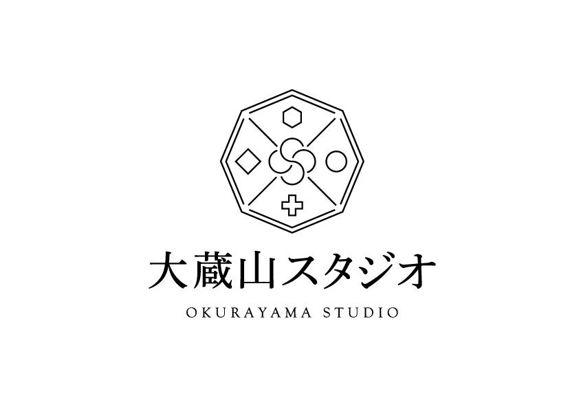 八角形の形の中に豊かな地形を表した「大蔵山スタジオ」のロゴ