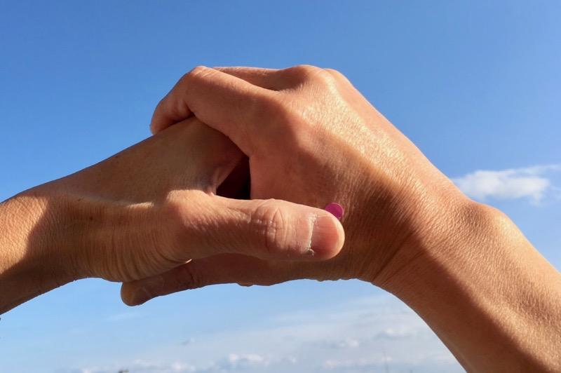 人差し指と親指の間にある「合谷」