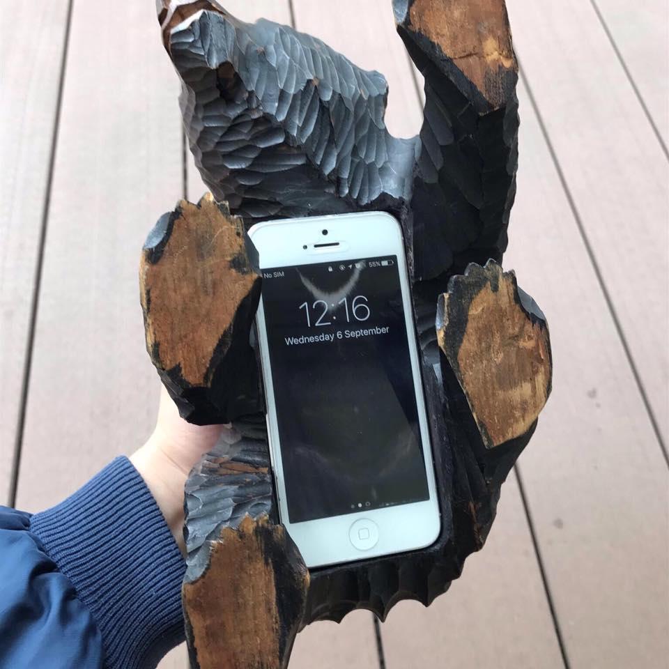 熊の木彫りがスマホケースになった