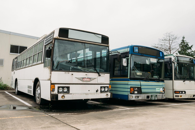 修理や整備を待つバス