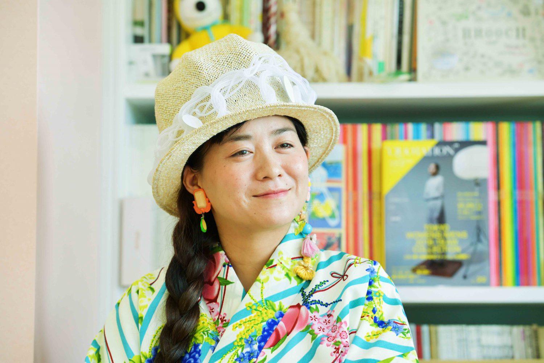 インタビューに応える佐藤菜美さん。鮮やかな花柄のポップな着物に個性的なイヤリング姿がお似合い