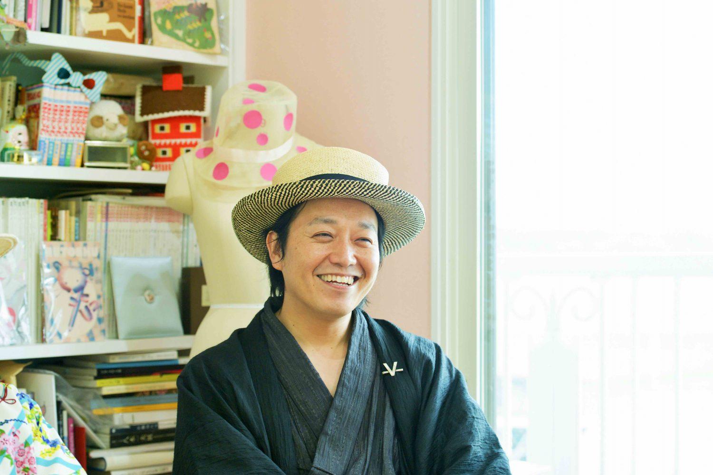 インタビューに応える、着物にカンカン帽姿のお米クリエイター佐藤裕貴さん