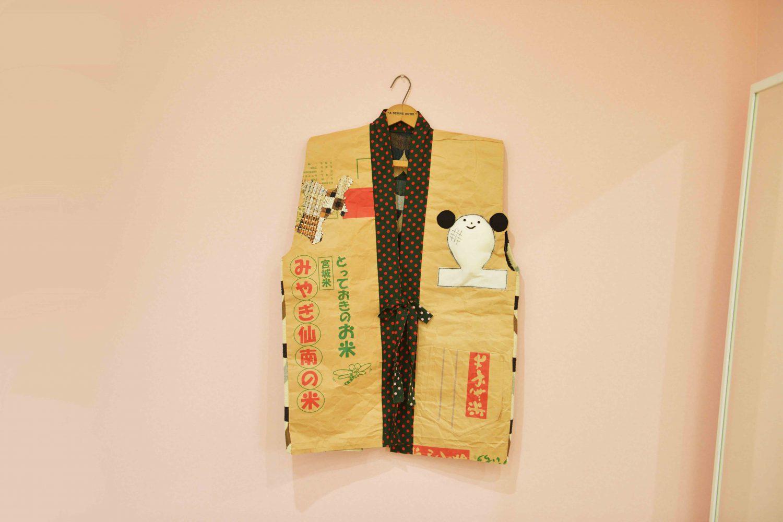 菜美さんが制作したベストの正面。使用済みの米の袋を裁断し、仕立てた
