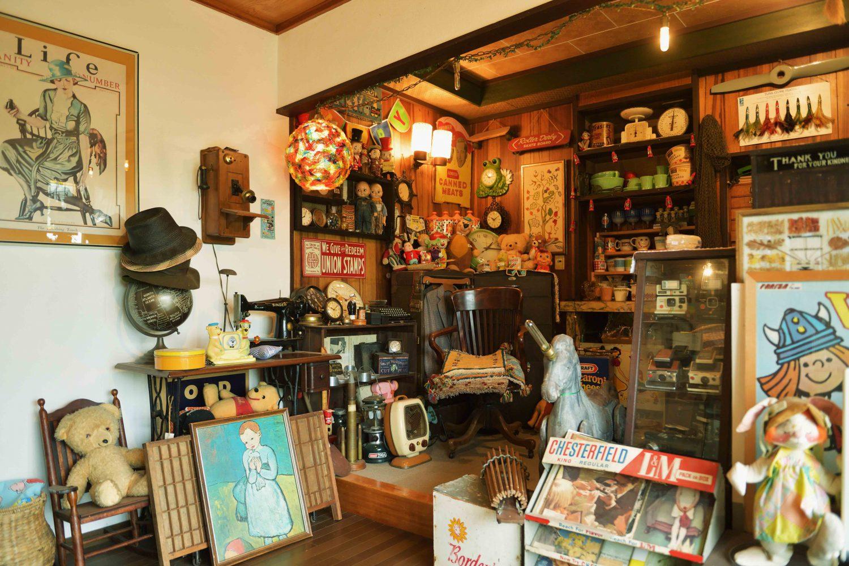 裕貴さんがバイヤー時代に集めていたキャラクター物などのコレクションが部屋中に並んでいる