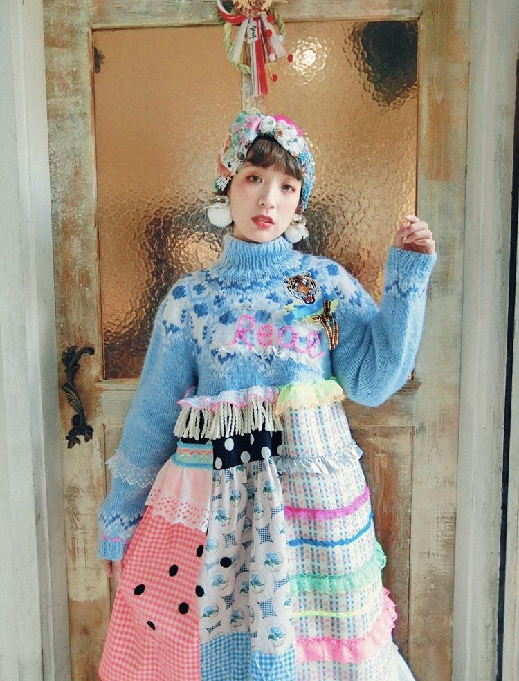 佐藤菜美さんが手掛けるオリジナルブランド「bavard-cadeau」の洋服や小物を身に着けたモデル