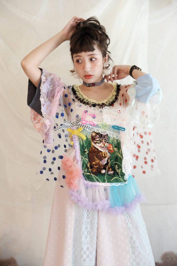 佐藤菜美さんが手掛けるオリジナルブランド「bavard-cadeau」を身にまとったモデル