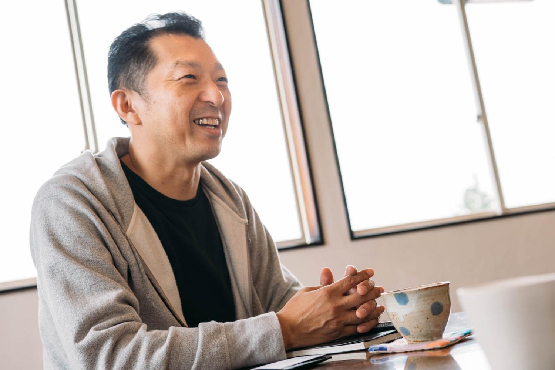 インタビューにこたえる有限会社シラタの白田孝社長