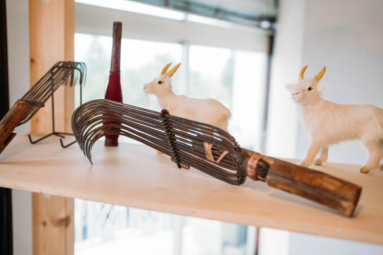 社内に飾られた鉤爪やヤギの置物