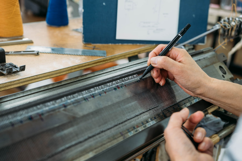 ニットを編む際のガイド付け作業の様子