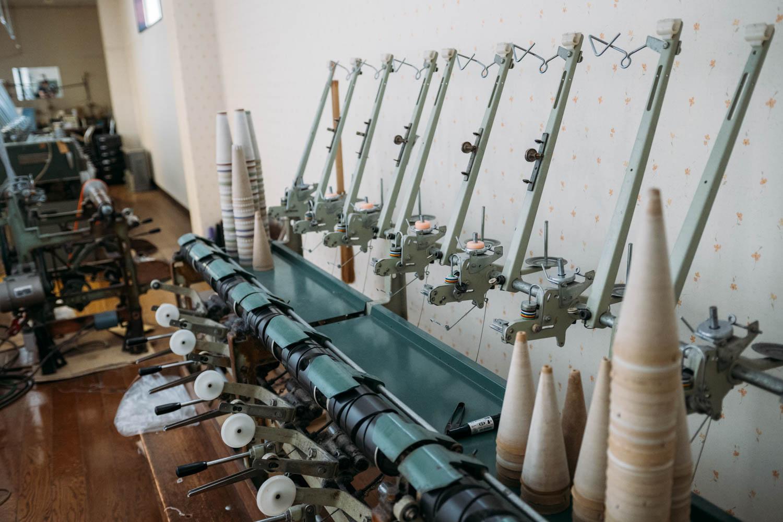 蝋引きとより糸づくりをする機械