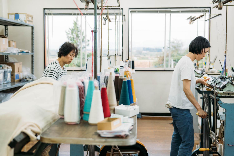 白田のカシミヤの工場の様子。所々に写り込むニットの糸が色鮮やか