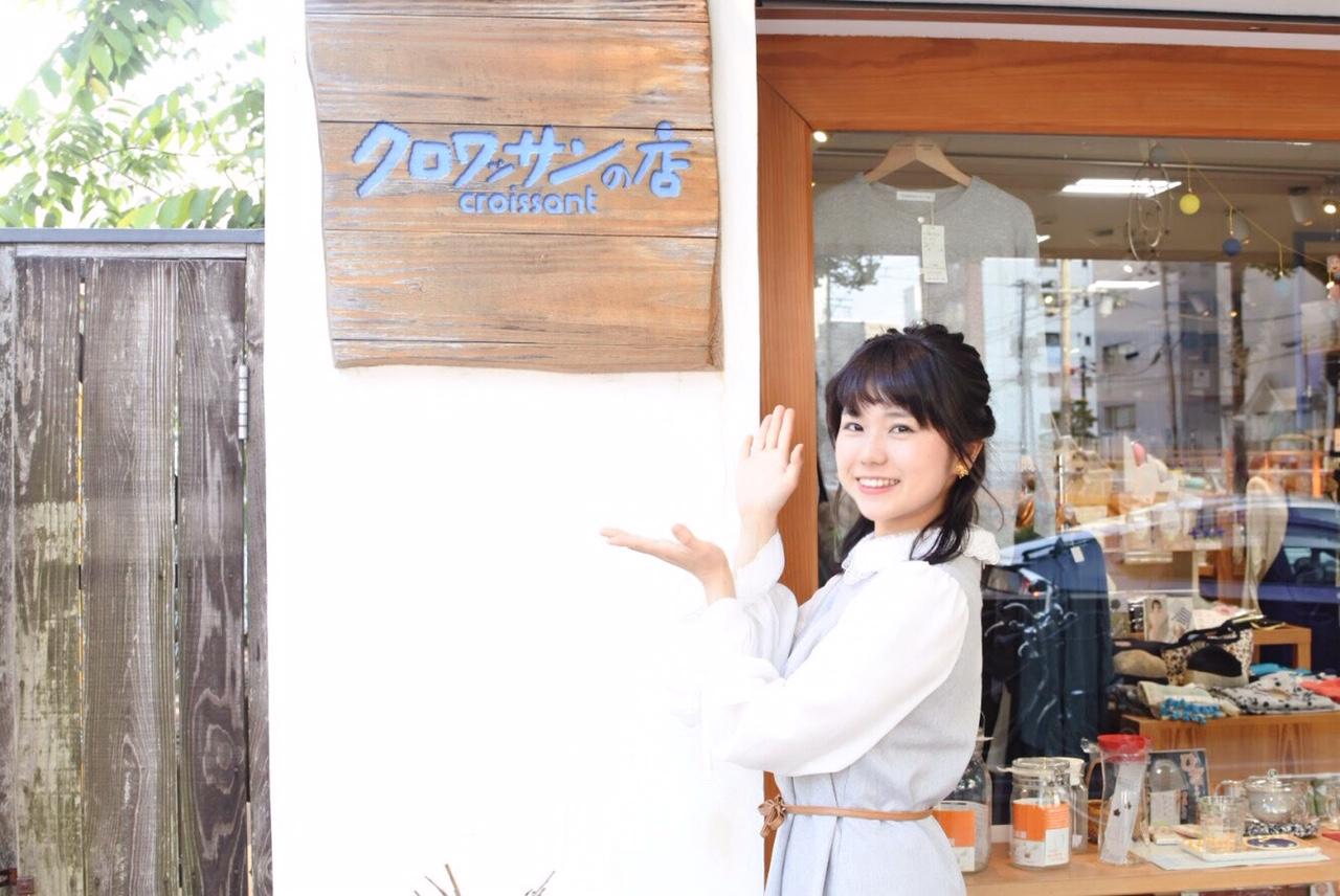 カリー子さんのスパイスを取り扱う「クロワッサンの店」の前でポーズをとる印度カリー子さん