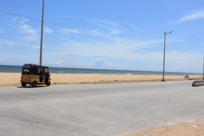 インド南部・チェンナイの海と近くを通るトゥクトゥクの様子