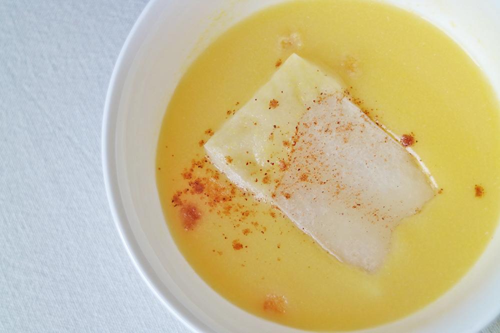 コーンスープの上に盛られたコーンスープ餅