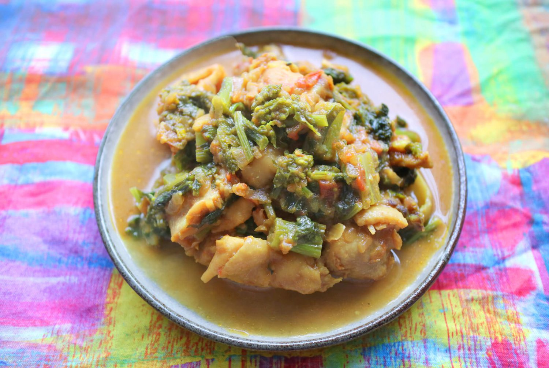 皿に盛られた「菜の花チキンカレー」
