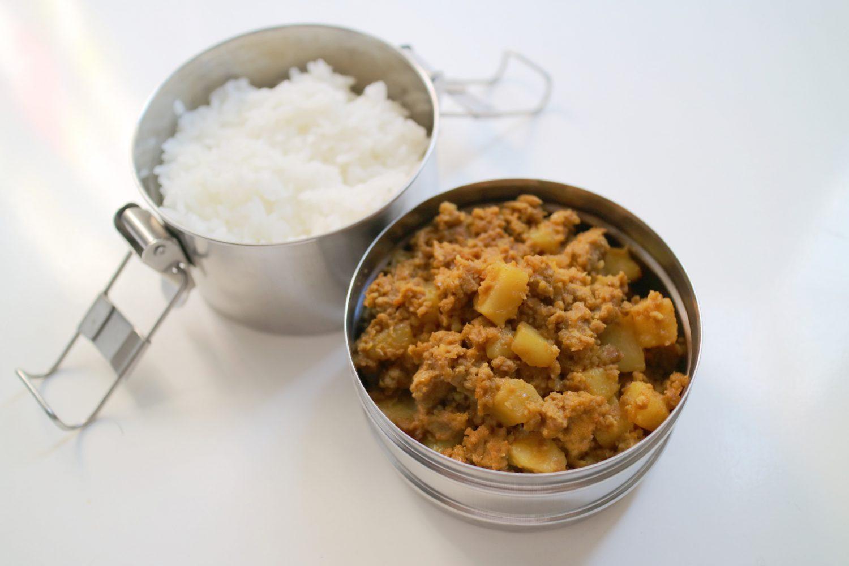 完成した印度カリー子さんのレシピで作った「新ジャガイモのキーマカレー」。ステンレスの2段の弁当箱に、ごはんとカレーがつめてある