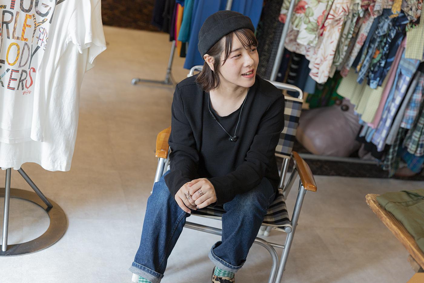 椅子に座った亀井桃さんの写真