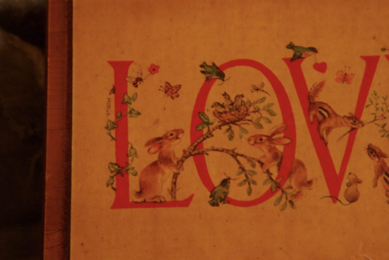 Across The Universe(アクロスザユニバース)で販売している「Love」の文字が入った1970年代のウォールデコには文字にかわいい動物たちが隠れている