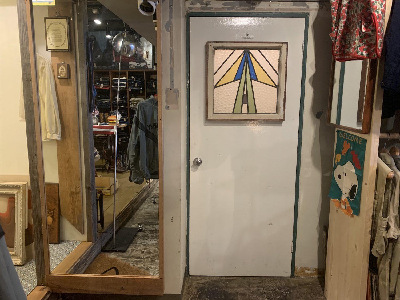 試着室の扉はステンドグラスが美しい擦りガラス