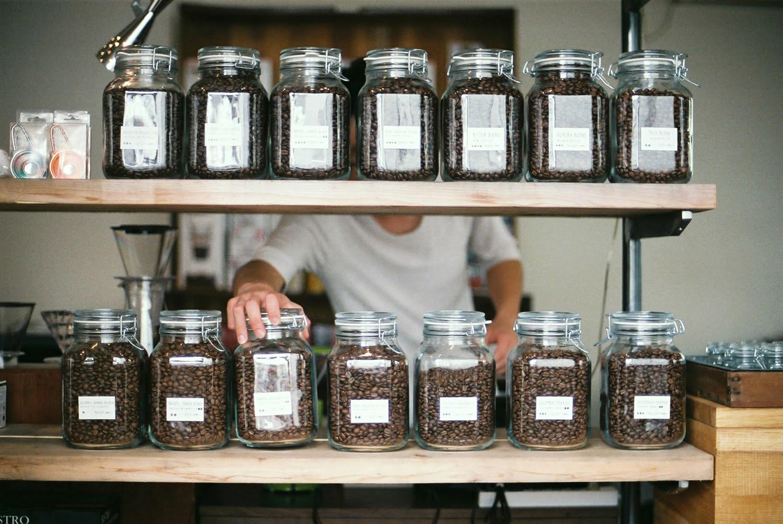 山形市の「オーロラコーヒー」大瓶に入って並ぶコーヒー豆の様子