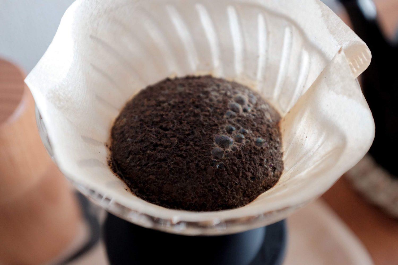 ペーパードリップでコーヒーを淹れる写真