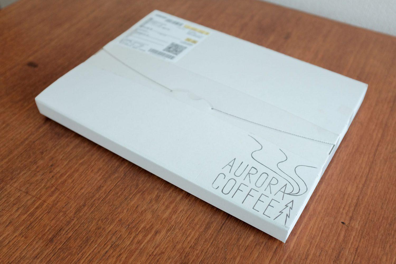 オーロラコーヒーを注文するとオリジナルデザインの白い箱に入って届く