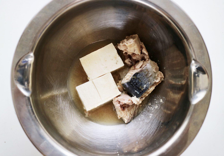 印度カリー子さんのレシピ「サバ缶のコリアンダー冷汁」の工程1豆腐は水気を切って、ボールにサバ缶を汁ごと入れて、軽く潰し合わせた写真