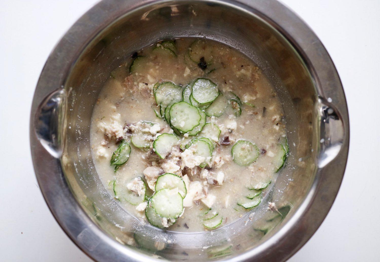 印度カリー子さんのレシピ「サバ缶のコリアンダー冷汁」材料Aの調味料と水、キュウリとミョウガを加えてよく混ぜ合わせた様子