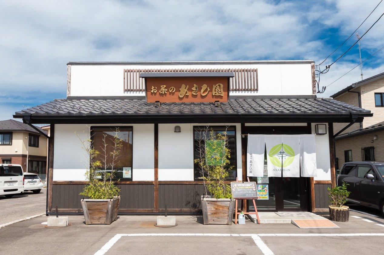 石巻・お茶のあさひ園の外観。白い壁と黒い瓦屋根が青空に映える