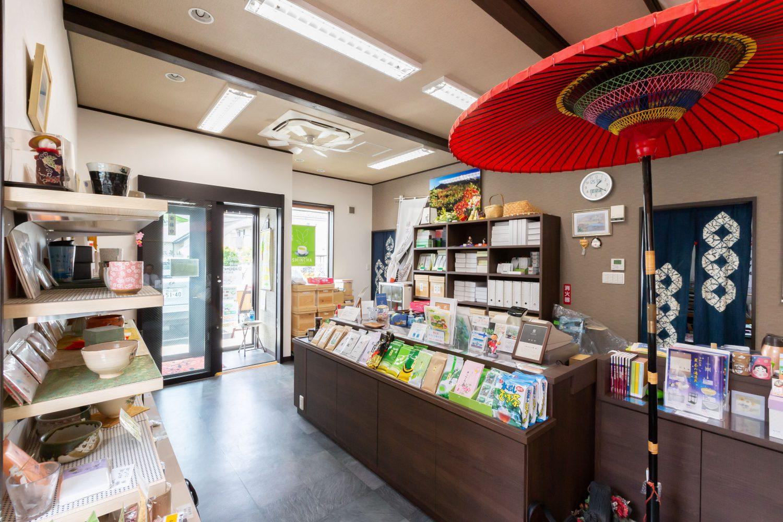 野点傘が飾られてある、石巻「お茶のあさひ園」の店舗の様子