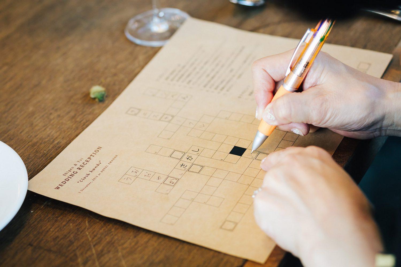 クロスワードを解いている写真