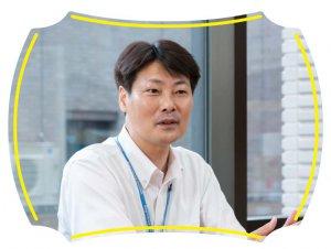 インタビューに応える宮城県震災復興推進課復興推進第一班の石濱さんの様子