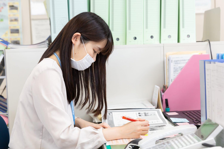 宮城県震災復興推進課の菊地さんの横顔。原稿の確認を行っている
